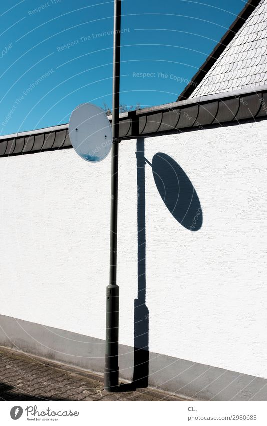 geh- und radweg (verblasst) Himmel Wolkenloser Himmel Schönes Wetter Menschenleer Haus Gebäude Architektur Mauer Wand Verkehr Verkehrswege Straßenverkehr