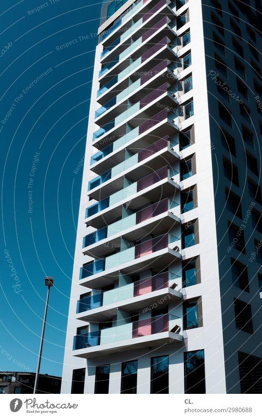 hochhaus Himmel Wolkenloser Himmel Schönes Wetter Stadt Menschenleer Hochhaus Bauwerk Gebäude Architektur Fassade Balkon Fenster Straßenbeleuchtung groß