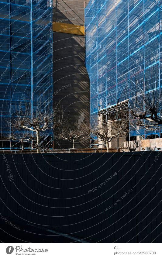 großbaustelle blau Stadt Baum Architektur Wand Gebäude Mauer Fassade Arbeit & Erwerbstätigkeit Hochhaus Wachstum Schönes Wetter hoch Wandel & Veränderung
