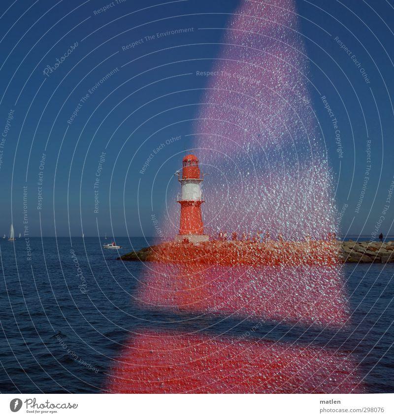 el bolo Mensch Menschengruppe Himmel Wolkenloser Himmel Horizont Sonnenlicht Küste Ostsee Schifffahrt Segelschiff Hafen blau rot Doppelbelichtung Leuchtturm
