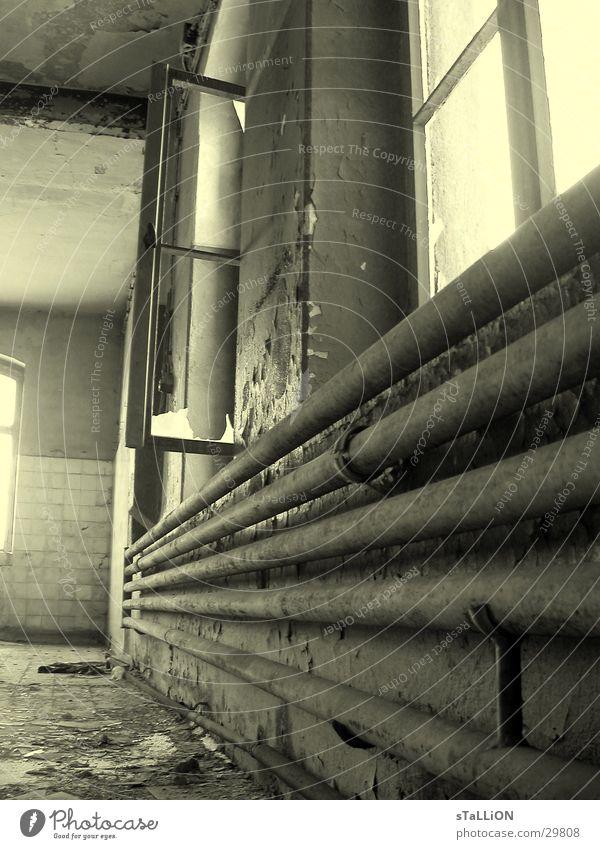 fabrique alt Fenster Architektur verfallen tief DDR Heizkörper unbrauchbar