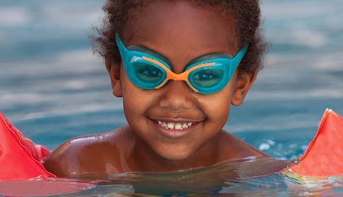 Kleines afrikanisches Kind im Pool Lifestyle Freude Glück schön Erholung Schwimmbad Freizeit & Hobby Spielen Ferien & Urlaub & Reisen Sommer Schule Mensch Baby