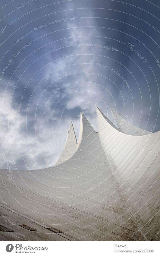 Tempodrom Bauwerk Gebäude Architektur Dach Zelt Geometrie weiß alt grau Flickzeug Blick nach oben Fleck dreckig Himmel Wolken blau Froschperspektive Tag