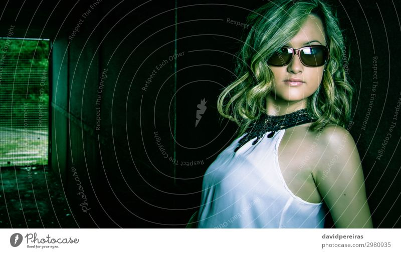 Modisches junges Mädchen mit Sonnenbrille und weißem Kleid elegant Stil schön Haare & Frisuren Schminke Mensch Frau Erwachsene Mode Schmuck Metall dunkel Erotik