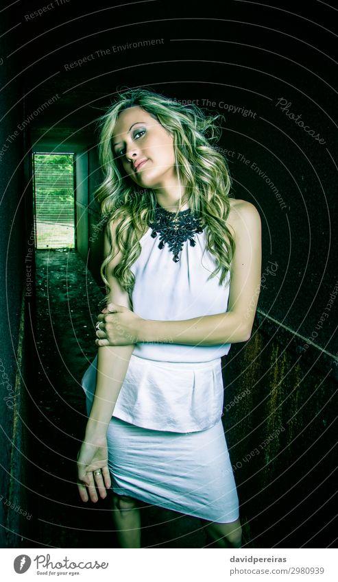 Modisches junges Mädchen mit weißem Kleid und schwarzer Halskette Reichtum elegant Stil schön Haare & Frisuren Haut Schminke Mensch Frau Erwachsene Mode Schmuck