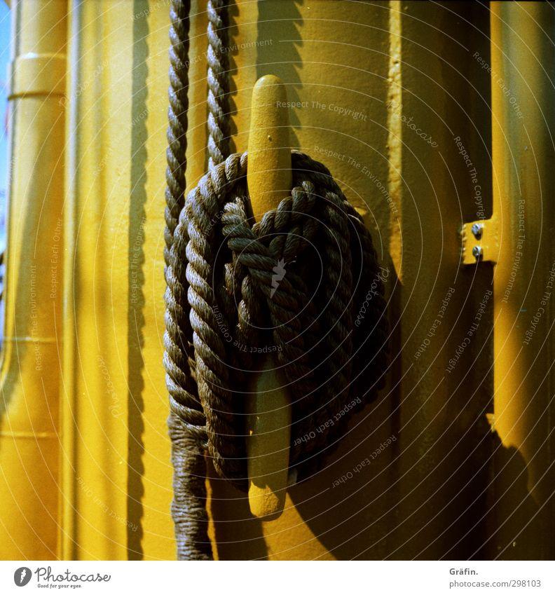 Gut gesichert schwarz gelb Metall Tourismus Seil festhalten Güterverkehr & Logistik Stress Schifffahrt Mast Knoten Kreuzfahrt Segelschiff Bootsfahrt Takelage