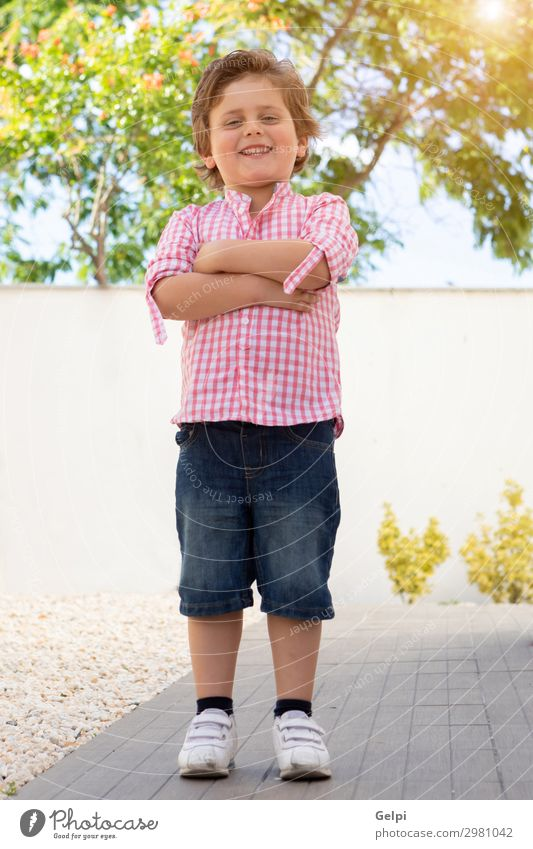 Glückliches Kind mit rosa Hemd im Garten Freude schön Sommer Sonne Mensch Baby Kleinkind Junge Familie & Verwandtschaft Kindheit Natur Gras Park T-Shirt blond