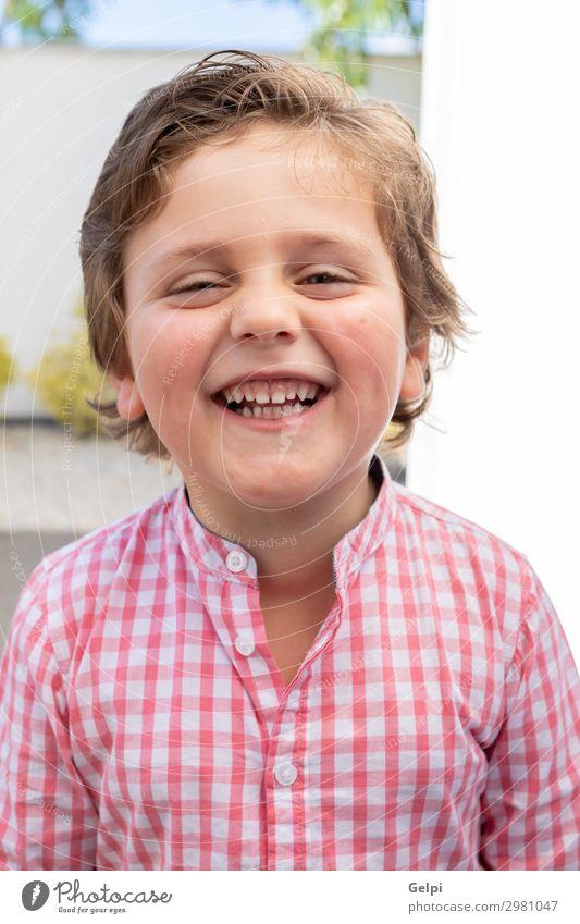 Glückliches Kind mit rosa Hemd im Garten Freude schön Sommer Sonne Mensch Baby Kleinkind Junge Familie & Verwandtschaft Kindheit Natur Gras Park blond Lächeln