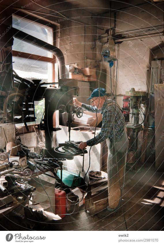 Schmiedekunst Mensch Mann ruhig Senior Arbeit & Erwerbstätigkeit Metall 60 und älter Männlicher Senior Konzentration Arbeitsplatz Vorsicht geduldig Ausdauer
