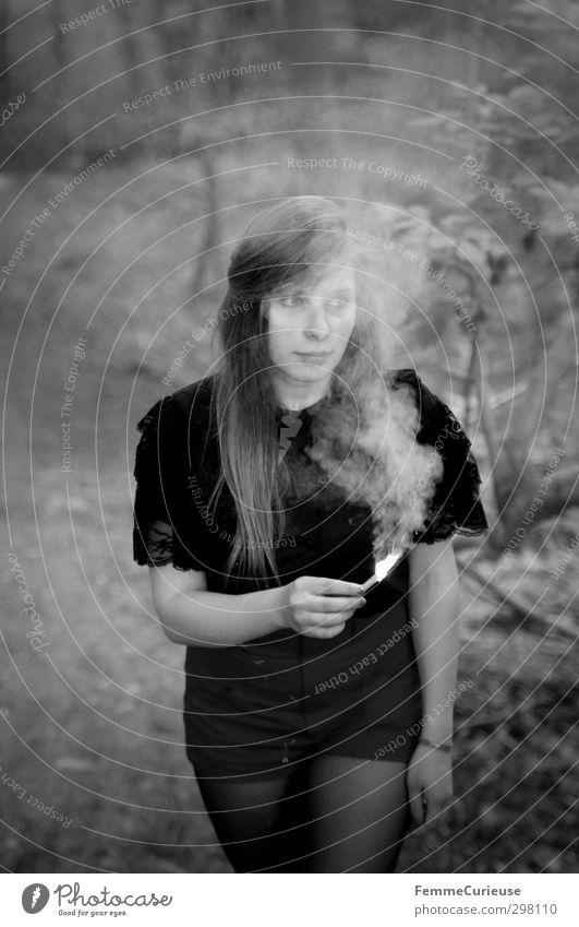 Verzaubert. feminin Mädchen Junge Frau Jugendliche Erwachsene 1 Mensch 13-18 Jahre Kind 18-30 Jahre Natur brennen Rauch Fackel Brand Wald festhalten langhaarig