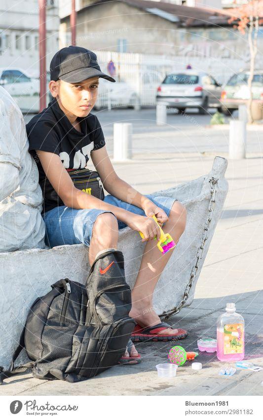 Kind Mensch Ferien & Urlaub & Reisen Sommer Stadt Freude schwarz Straße Lifestyle Leben Stil Junge Business Wasserfahrzeug Arbeit & Erwerbstätigkeit