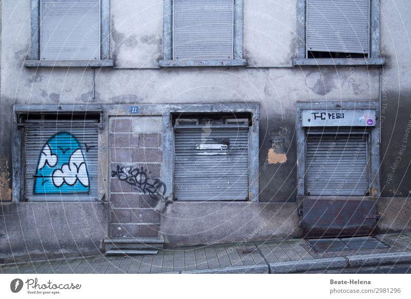 it's all over now Häusliches Leben Haus Kleinstadt Bauwerk Gebäude Mauer Wand Fenster Tür Straße Rollladen Graffiti Stein Backstein alt bedrohlich dreckig