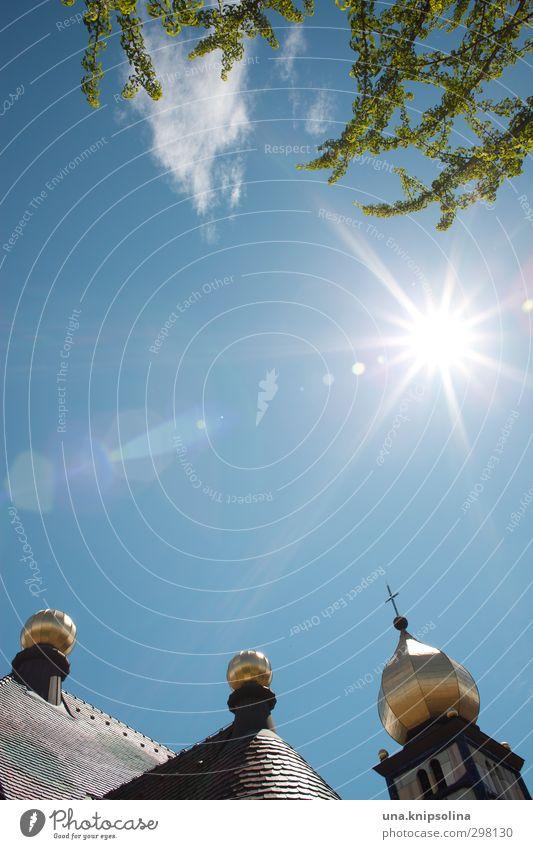 heilige dreikugeligkeit Himmel Baum Dorf Kirche Turm Bauwerk Architektur glänzend außergewöhnlich rund gold Design Glaube Religion & Glaube Idylle einzigartig