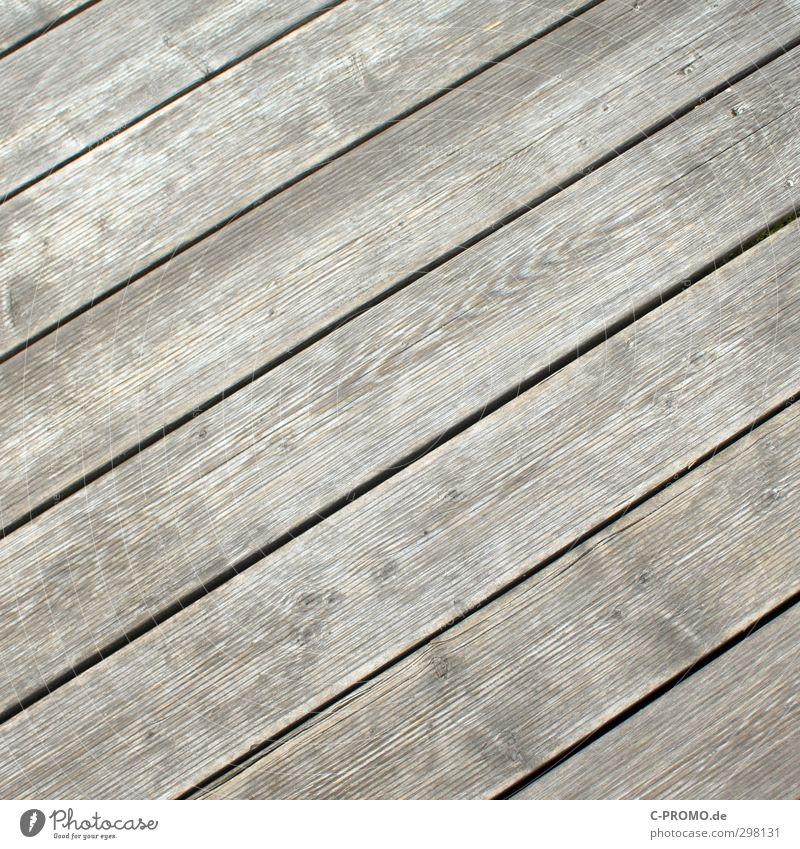 Diagonale Dielen Terrasse Garten Holz alt Holzfußboden Dielenboden verwittert Maserung grau Farbfoto Außenaufnahme Hintergrund neutral Tag