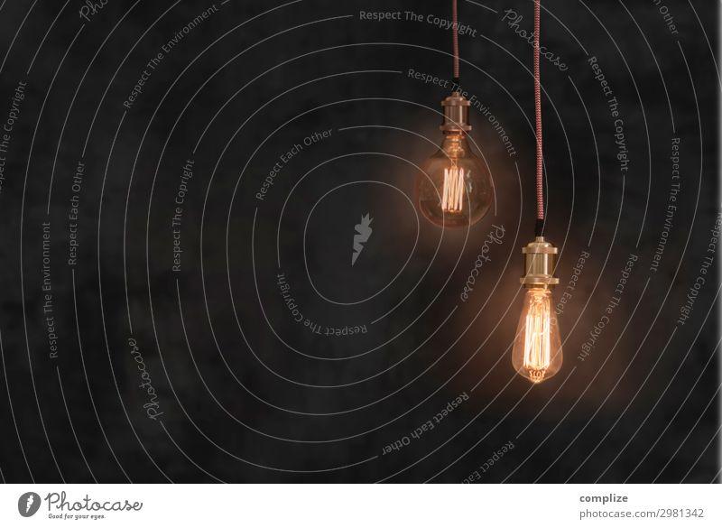 Vintage Glühbirnen vor dunkler Patina Kreide-Wand Lifestyle Stil Design Häusliches Leben Wohnung Renovieren Innenarchitektur Dekoration & Verzierung Party Musik