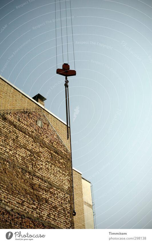 ...abhängen... Himmel Wolkenloser Himmel Schönes Wetter Haus Mauer Wand Fassade Schornstein Beton Metall Backstein ästhetisch eckig blau braun schwarz Gefühle