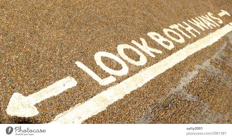 alles hat zwei Seiten... England Großbritannien Verkehr Verkehrswege Fußgänger Straße Straßenkreuzung Fahrbahnmarkierung Zeichen Schriftzeichen Hinweisschild