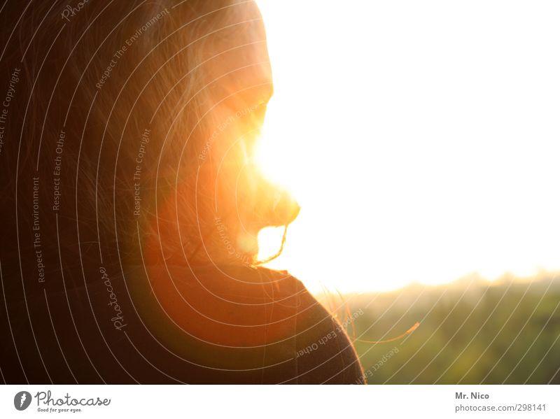 geblendet Mensch Frau Sonne Gesicht Erwachsene Wärme feminin Haare & Frisuren Glück träumen gold Zufriedenheit Schönes Wetter Fröhlichkeit beobachten genießen