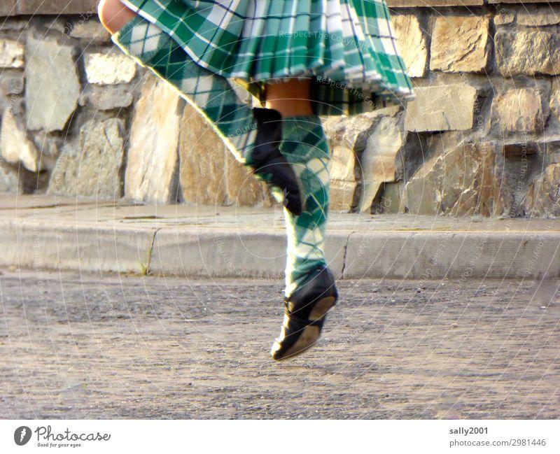 abgehoben | schottisch getanzt... feminin Mädchen Beine Fuß 1 Mensch 8-13 Jahre Kind Kindheit Straße Rock Kniestrümpfe Tanzen Bewegung elegant Freizeit & Hobby
