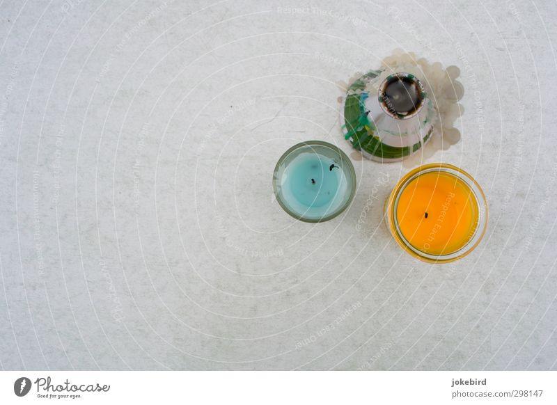 Reste einer Sommernacht blau orange Dekoration & Verzierung Kerze vergangen Wachs Kerzendocht Perspektive Windlicht erloschen