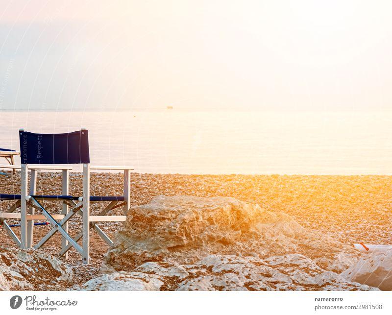 leerer, klappbarer Außenstuhl an einem Kieselstrand Erholung Freizeit & Hobby Ferien & Urlaub & Reisen Tourismus Sommer Sonne Strand Meer Stuhl Natur Landschaft