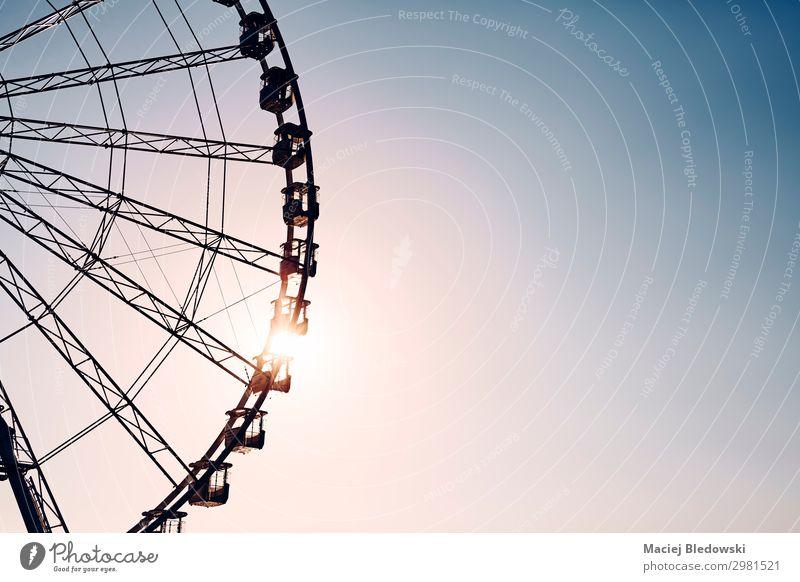 Silhouette eines Riesenrades bei Sonnenuntergang. Lifestyle Freude Glück Freizeit & Hobby Ferne Freiheit Sommer Entertainment Himmel drehen genießen Abenteuer