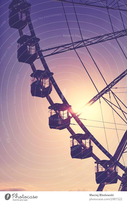 Silhouette eines Riesenrades bei Sonnenuntergang. Lifestyle Freude Freizeit & Hobby Freiheit Sommer Sommerurlaub Entertainment Himmel genießen violett Gefühle