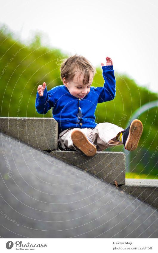 schwerelos... Mensch Freude lachen Spielen Junge Glück klein fliegen wild authentisch frisch Geschwindigkeit verrückt Abenteuer niedlich Coolness