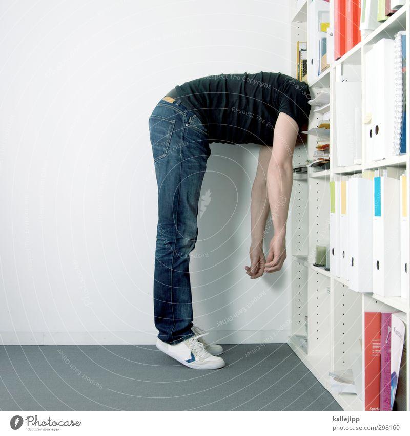 gehirnjogging Mensch maskulin Mann Erwachsene Körper 1 30-45 Jahre stehen Arbeit & Erwerbstätigkeit Büro Regal Ringbuchordner Buch Erschöpfung Müdigkeit Ordnung