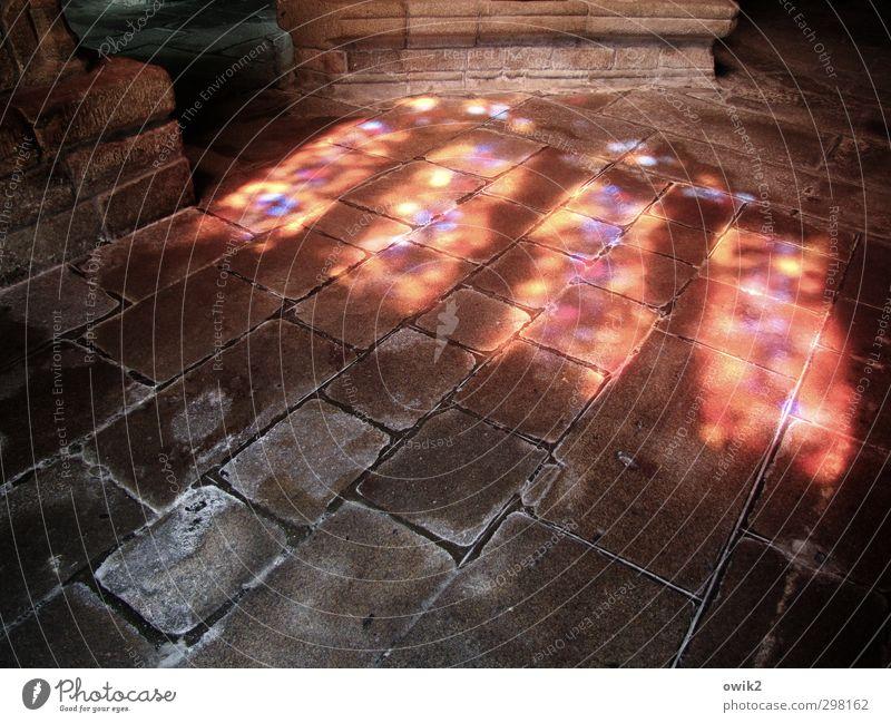Sanctus Kirche Bauwerk Gebäude Raum Mauer Wand Fußboden Stein leuchten alt fest gigantisch glänzend hell historisch unten blau gelb violett rot ruhig Hoffnung
