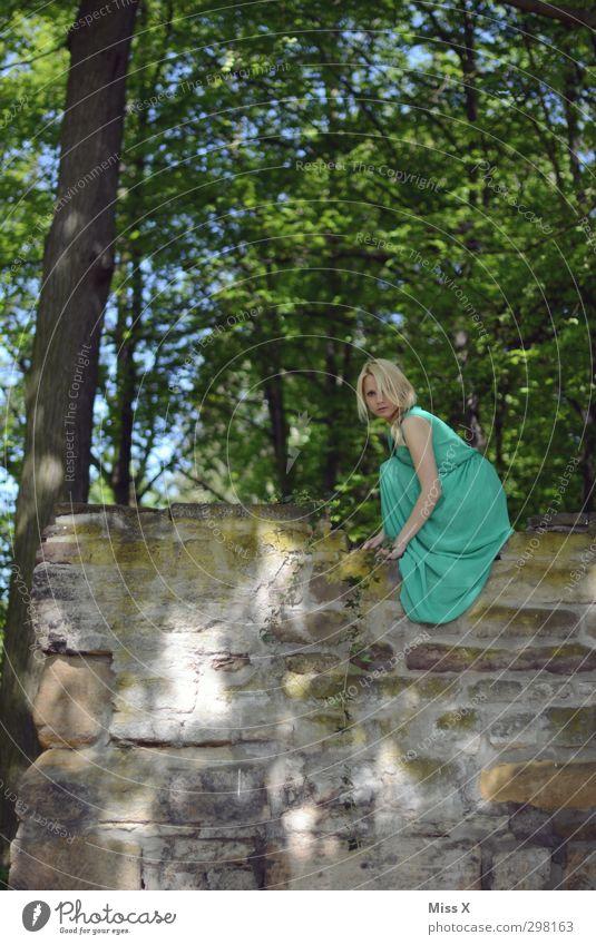 Grüne Fee Mensch feminin Junge Frau Jugendliche 1 18-30 Jahre Erwachsene Sommer Baum Wald Mauer Wand Kleid blond sitzen hoch schön grün Mode Erotik Farbfoto