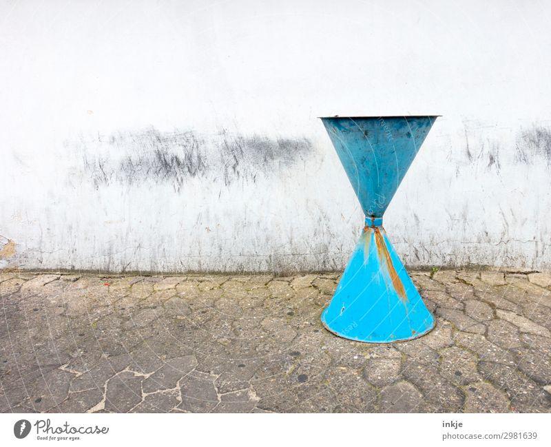 Aschenbecher, hellblau Menschenleer Platz Mauer Wand Fassade Müllbehälter Trichter alt authentisch einfach Rost kahl dreckig Farbfoto Außenaufnahme Nahaufnahme