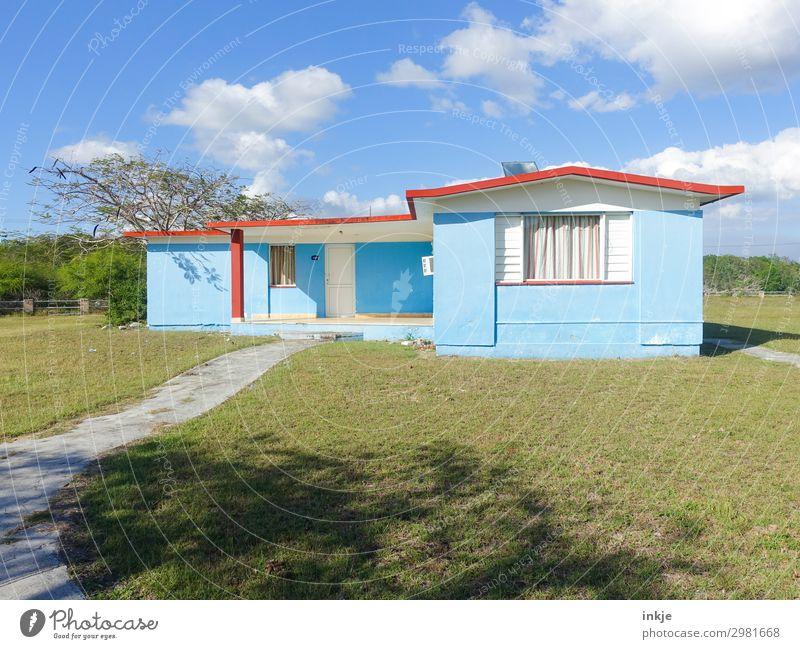 das blaue Haus in der Schweinebucht Schönes Wetter Wiese Kuba Menschenleer Einfamilienhaus Ferienhaus Fassade authentisch einfach grün Häusliches Leben