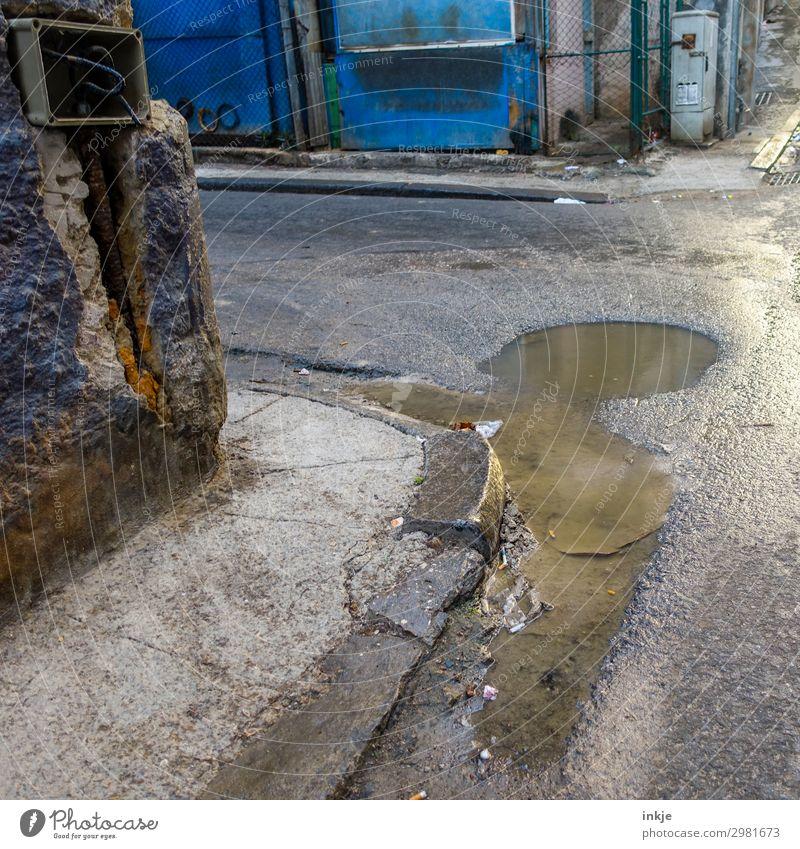 an der Ecke auf Kuba Trinidad Kleinstadt Stadt Menschenleer Verkehr Straße Straßenkreuzung Wegkreuzung Pfütze alt Armut authentisch verfallen dreckig nass