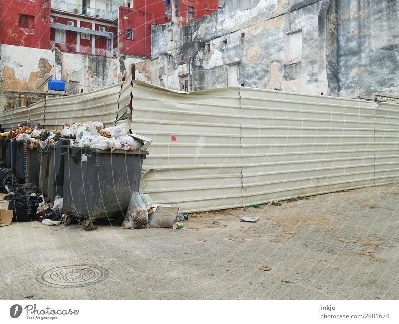 an der Ecke auf Kuba Stadt Stadtrand Menschenleer Platz Gebäude Fassade Zaun Müllbehälter Müllentsorgung Müllabfuhr authentisch überfüllt voll dreckig Armut