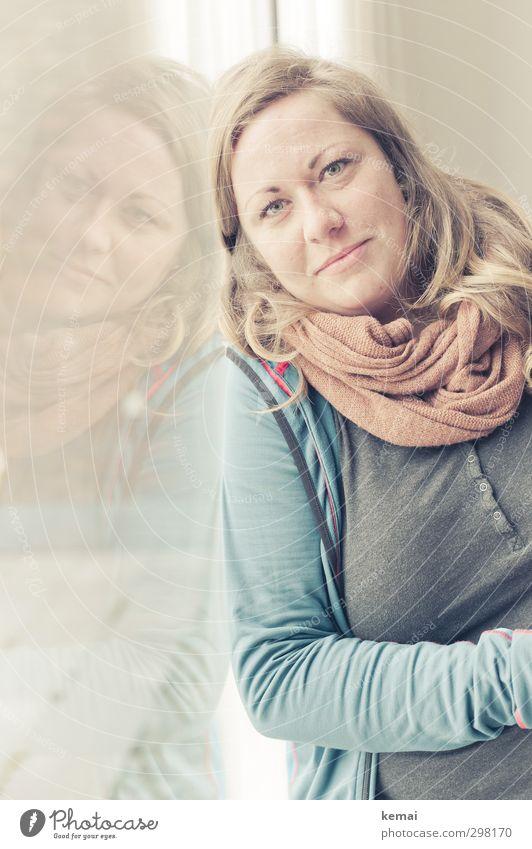 Rømø | Lean on me Lifestyle Freizeit & Hobby Häusliches Leben Fenster Fensterscheibe Glasscheibe Mensch feminin Junge Frau Jugendliche Erwachsene Kopf