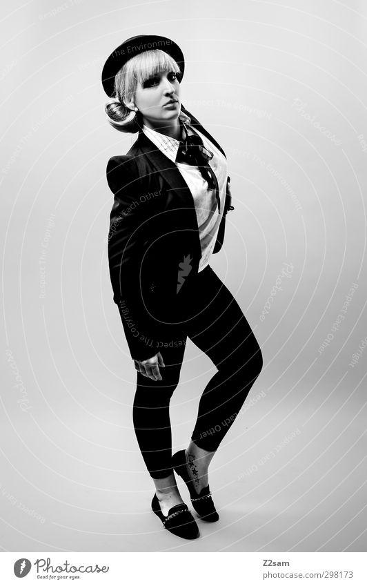 Fashion Victim Lifestyle elegant Stil feminin Junge Frau Jugendliche 18-30 Jahre Erwachsene Mode Jacke Hut blond langhaarig stehen retro schön selbstbewußt