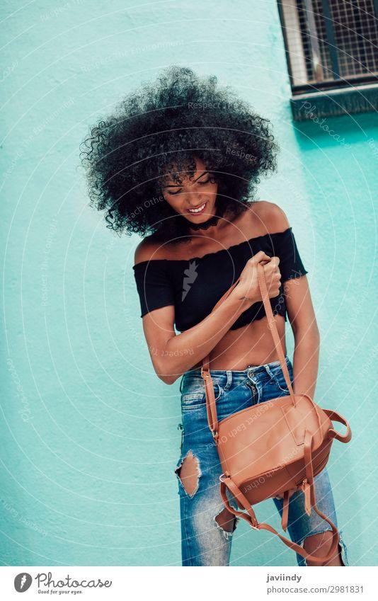 Junge gemischte Frau mit Afrohaar, die auf der Straße steht. Lifestyle Stil Glück schön Haare & Frisuren Gesicht Mensch feminin Junge Frau Jugendliche