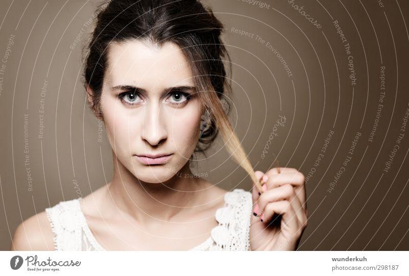 Vorwurfsvoll feminin Junge Frau Jugendliche Haare & Frisuren Gesicht 1 Mensch 18-30 Jahre Erwachsene brünett schön braun Gefühle Enttäuschung schuldig