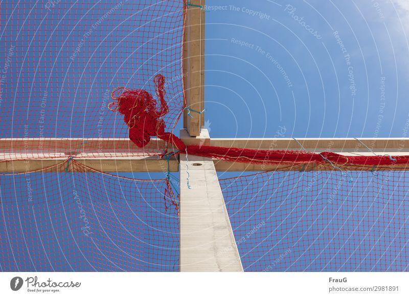Seilschaft | Seil hält das Netz und Seil hält Netz mit Seil Baustelle festgebunden zusammengebunden Träger Himmel Sonne schönes Wetter Sonnenschein Schnur rot