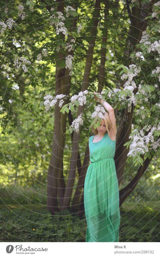 Grüne Elfe Mensch Jugendliche Sommer Baum Junge Frau Liebe Gefühle Frühling Blüte Stimmung blond Sträucher Romantik Kleid Verliebtheit Märchen