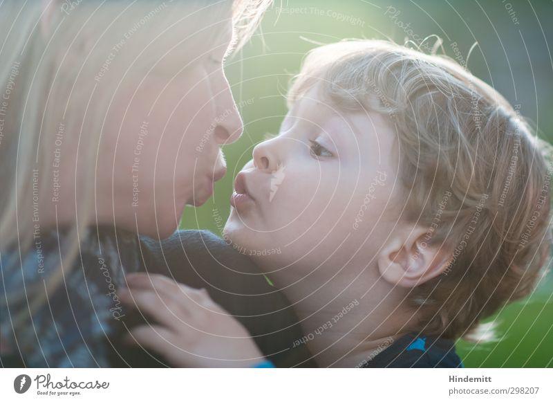 :-* Mensch Frau Kind grün Erwachsene Liebe feminin Junge Glück Familie & Verwandtschaft Zusammensein maskulin Kindheit blond warten Mund