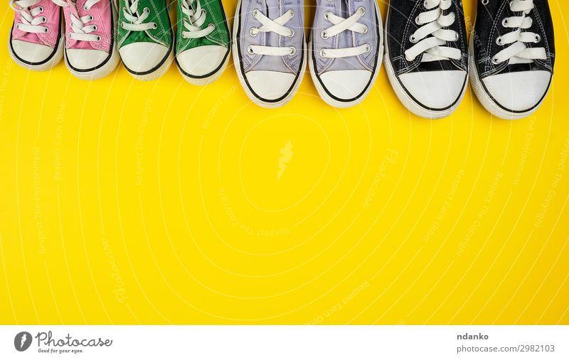 viele textilgetragene Turnschuhe in verschiedenen Größen Lifestyle Stil Sport Joggen Familie & Verwandtschaft Fuß Mode Bekleidung Schuhe alt Fitness
