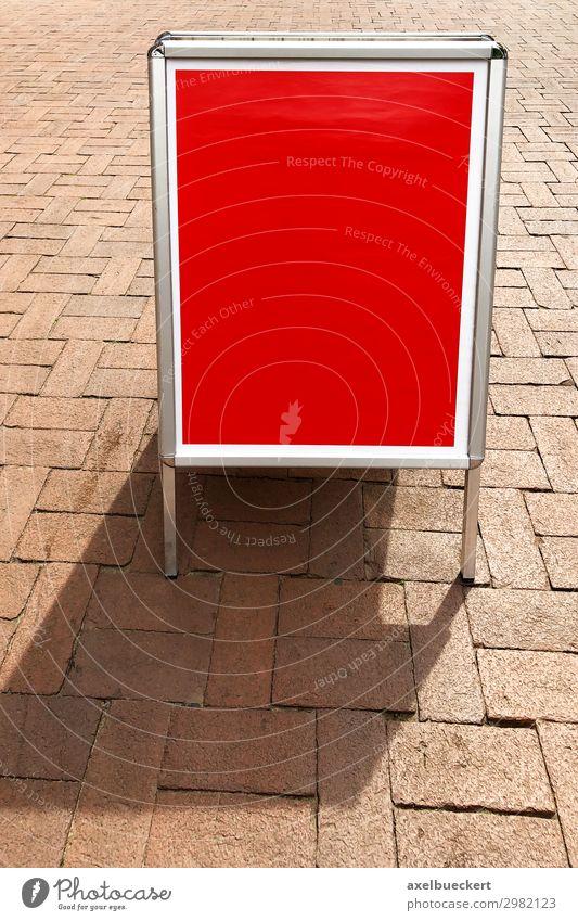 leere Kundenstopper oder Plakatständer mit Textfreiraum Handel Werbebranche Schilder & Markierungen Hinweisschild Warnschild rot Marketing Hintergrundbild