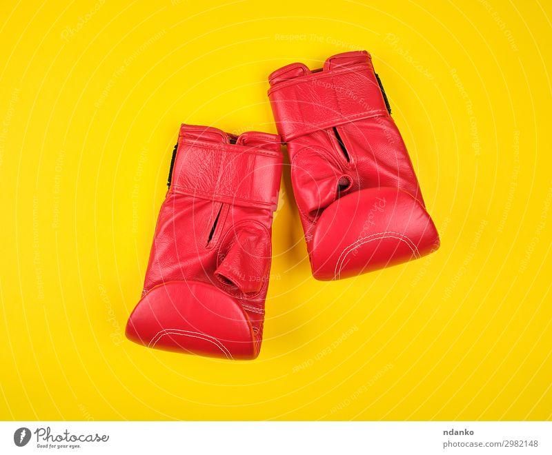 Paar rote Boxhandschuhe aus Leder Lifestyle Sport Leichtathletik Handschuhe Fitness gelb Schutz Konkurrenz Kraft Stil Aktion Hintergrund Kasten Boxer Boxsport
