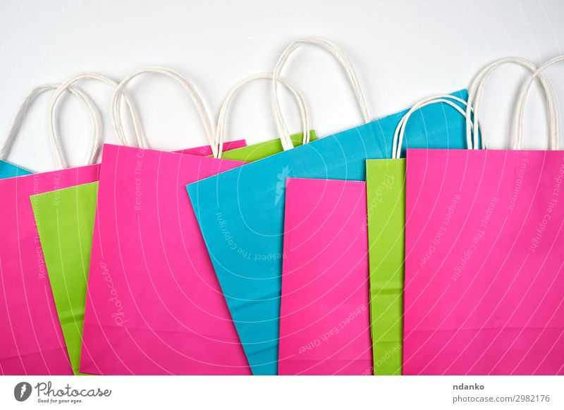 mehrfarbige Papiertragetaschen Lifestyle kaufen Design Business Tasche Verpackung Paket Sack wählen hell modern neu blau grün rosa weiß Farbe Mode Hintergrund