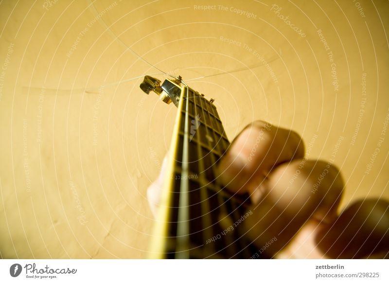 Artist schön Hand Spielen Musik Finger Kultur gut Jugendkultur Rockmusik Konzert Gitarre Griff Musiker üben Saite Verwirbelung