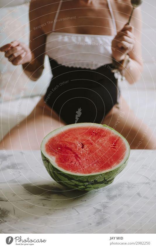 schöne Frau isst Wassermelone drinnen Frucht Essen Löffel Lifestyle Glück Sommer Mensch feminin Erwachsene Körper Hand Mode Bikini Diät Liebe sitzen