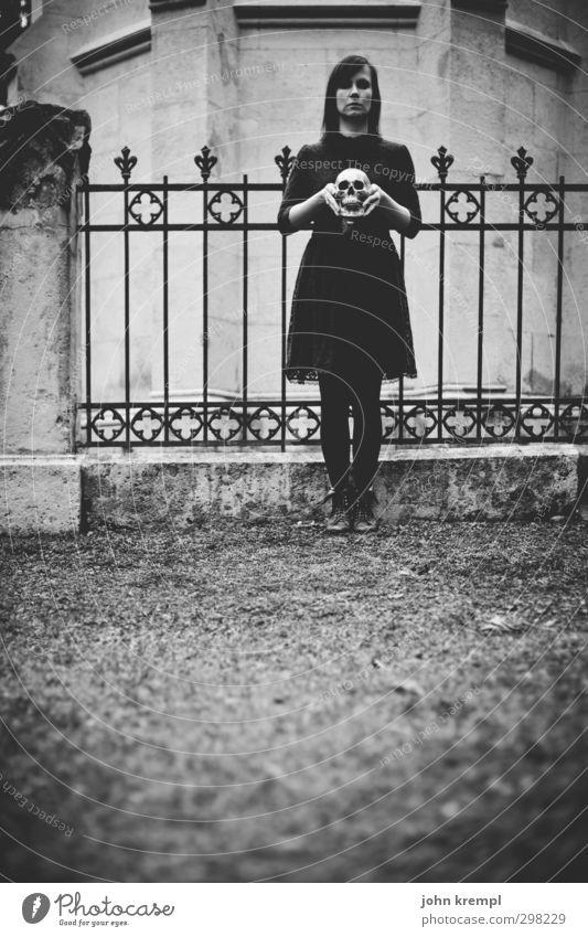 Wednesday feminin Junge Frau Jugendliche 1 Mensch 18-30 Jahre Erwachsene Friedhof Fassade Kapelle Zaunpfahl Schädel alt Coolness dunkel gruselig historisch
