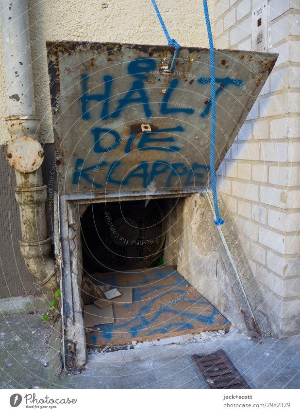halt die Klappe! an klappriger Klappe geschrieben Straßenkunst Neukölln Hinterhof Regenrinne Metall außergewöhnlich dreckig frech hässlich einzigartig trashig